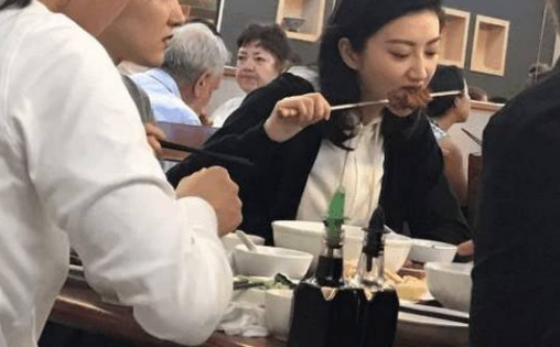 刘诗诗素颜吃火锅卖吃货人设,瘦身竟然靠暴饮暴食?