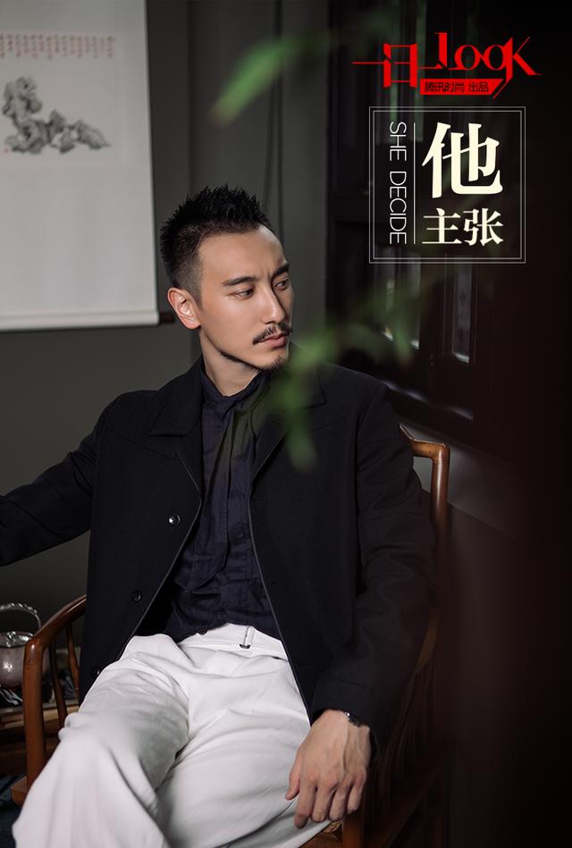 一日一look 王阳明藏蓝夹克白西裤 演绎魅力冷都男