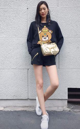 """姚晨机场大方秀恩爱,没有一双""""骚气爆表""""的拖鞋你好意思出门呢!"""