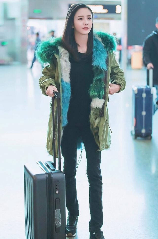 佟丽娅穿3万多大衣现身机场,绿色狐狸毛领成焦点