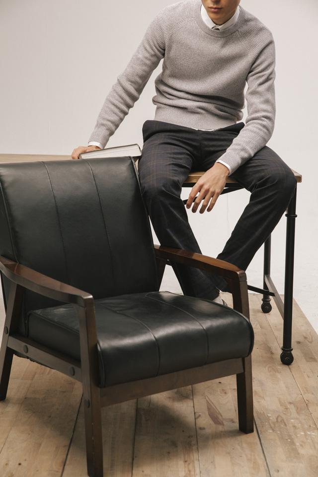 白色条纹车线装饰、长袖衬衫(Louis Vuitton)、浅灰色针织长袖上衣(Uniqlo)、咖啡色格纹长裤(Ermenegildo Zegna)