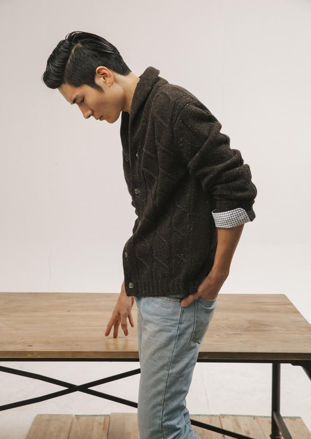 咖啡色长袖羊毛开衫(Ermenegildo Zegna)、蓝色拼接格纹、长袖衬衫(Lacoste)、浅蓝色牛仔长裤 (Marc Jacobs)