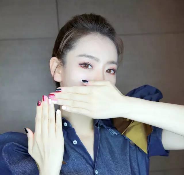 蔡依林戚薇张雨绮都是美甲狂,但自己DIY的闪亮星空美甲也不比她们的差!