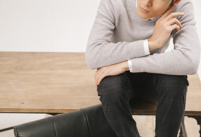 白色条纹车线装饰、长袖衬衫(Louis Vuitton)、浅灰色针织长袖上衣(Uniqlo)、咖啡色格纹长裤 (Ermenegildo Zegna)