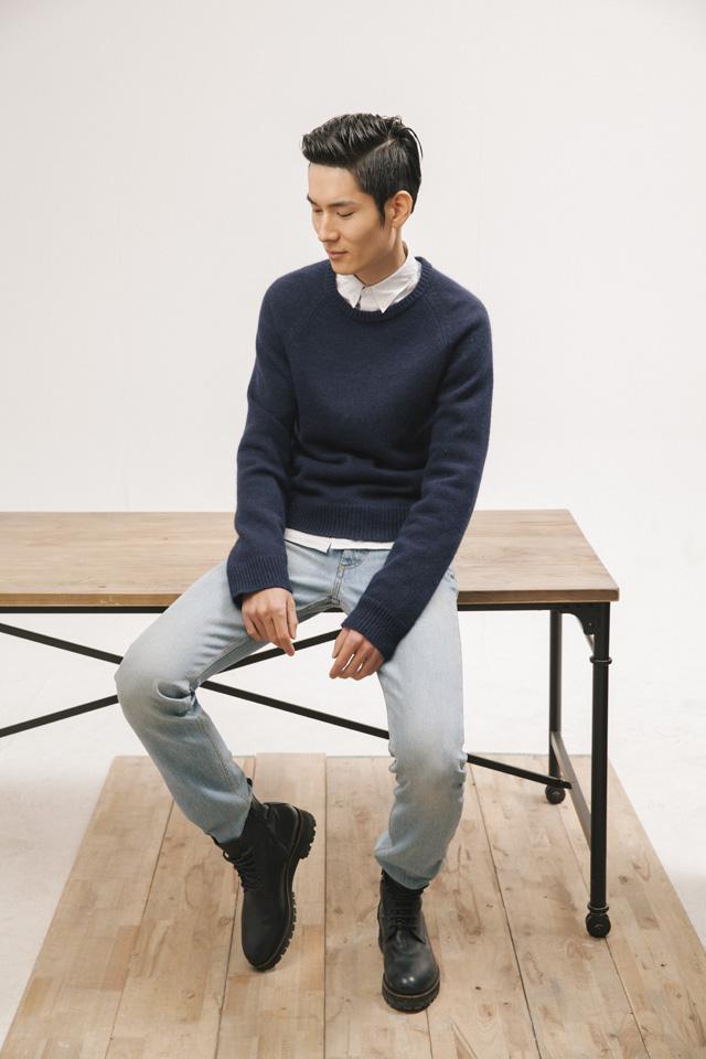 白色全棉长袖衬衫(Lacost)、深蓝色长袖毛衣(Dsquared2)、浅蓝色牛仔长裤(Marc Jacobs)、黑色系带短靴(Dsquared2)