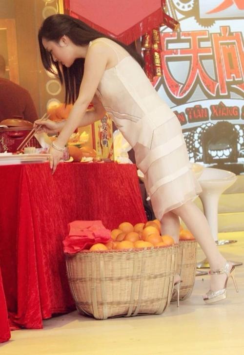 杨钰莹在裸色裙装的衬托下,鲜嫩程度比旁别的水果都水灵.