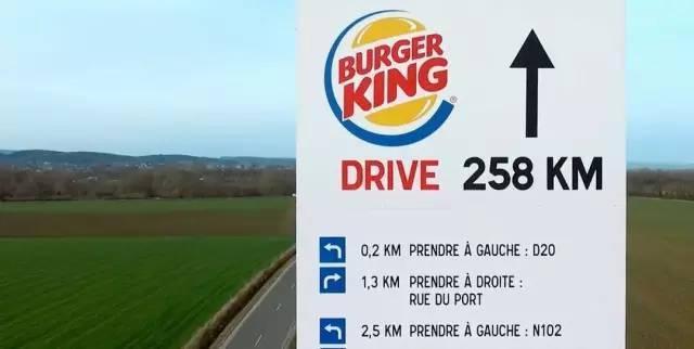 麦当劳做了个在公路上的广告,开涮了汉堡王