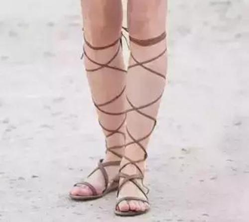 罗马鞋、破洞裤…那些时尚圈迷之审美单品,穿视频拍摄真实图片