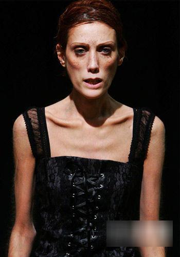 时尚杂志刊登瘦骨嶙峋女模照 被批病态审美