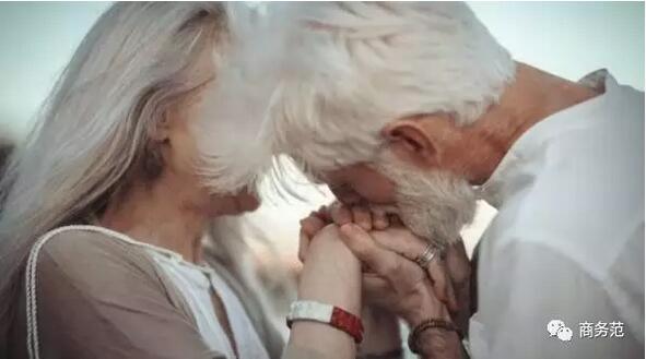 刷爆朋友圈的老年情侣照,其实是一组摆拍,两位老模特互不相识...