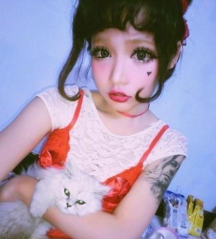 中国版芭比娃娃网络走红 浓妆真人照惊网友