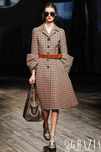 穿出曼妙好身材 秋冬时髦系带束腰外套推荐