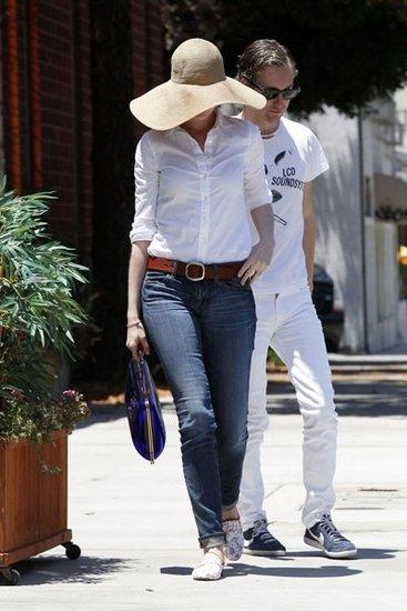 当天安妮身穿白色衬衣束进丹宁牛仔裤里