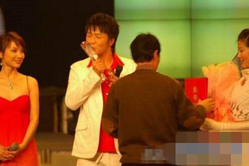 """吴昕穿紧身衣与筷子兄弟""""贴身肉搏"""" 被赞身材好"""