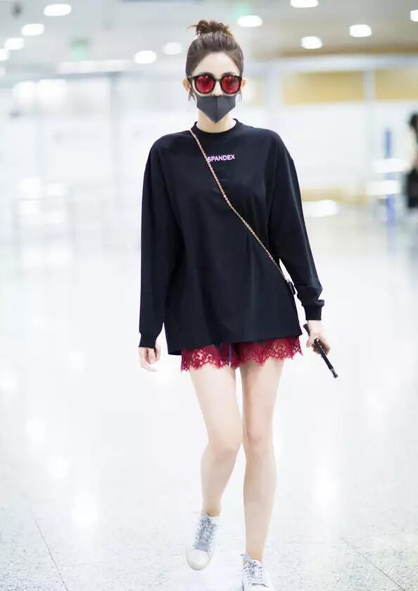 唐嫣衬衣里穿毛衣看不懂 但她不穿裤子真好看!别再瞅着牛仔裤不放了!