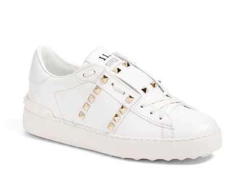 valentino铆钉鞋低帮小白鞋,白色的系带小白鞋配上金色的铆钉,简单