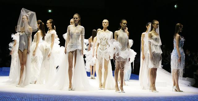 法国时尚秀_法国时尚台抖奶时装秀_法国无内衣抖奶时装秀