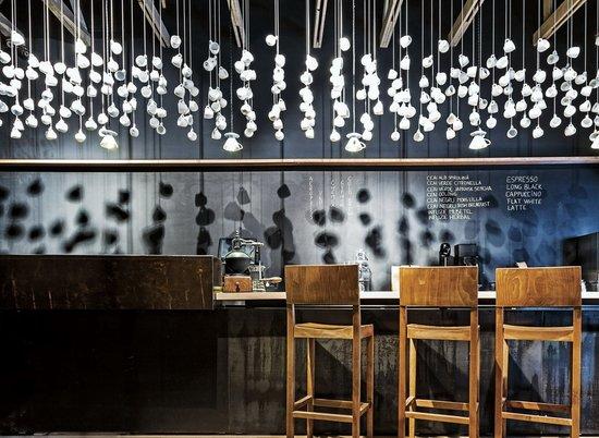 罗马尼亚origo咖啡馆 咖啡杯云团; 其中吧台是设计的重头戏; 小清新图片