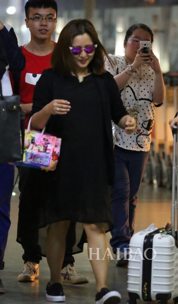 何洁孕期街拍-AngelaBaby孕期依旧瘦成一道光,陈妍希却一不小心胖图片