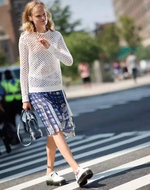 大毛衣怎麽穿才時髦?四字口訣:頭重腳輕!