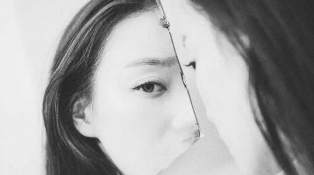 蒋欣变身美妆博主教网友怎么贴出双眼皮,最后还告诉你不是想买就能买!