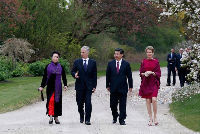 彭丽媛在比利时王宫散步