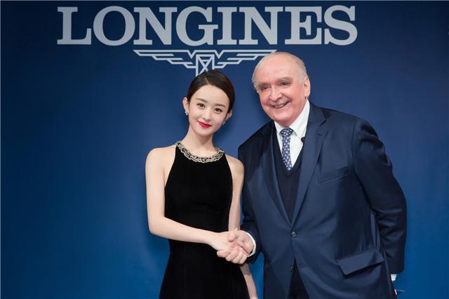 浪琴表全球总裁霍凯诺先生赠予浪琴表优雅形象大使赵丽颖一枚开创者系列腕表