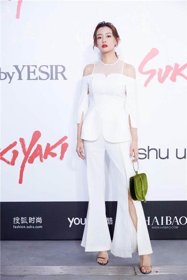 周奇奇YESbyYESIR时装发布会头排看秀 白色干练裤装利落有型