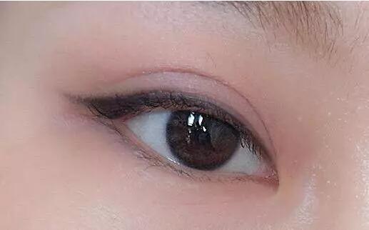 如何通过眼影和口红搭配套路,快速画出自然纯粹妆容?