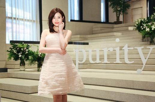陈妍希亮相肌肤哲理中国上市发布会