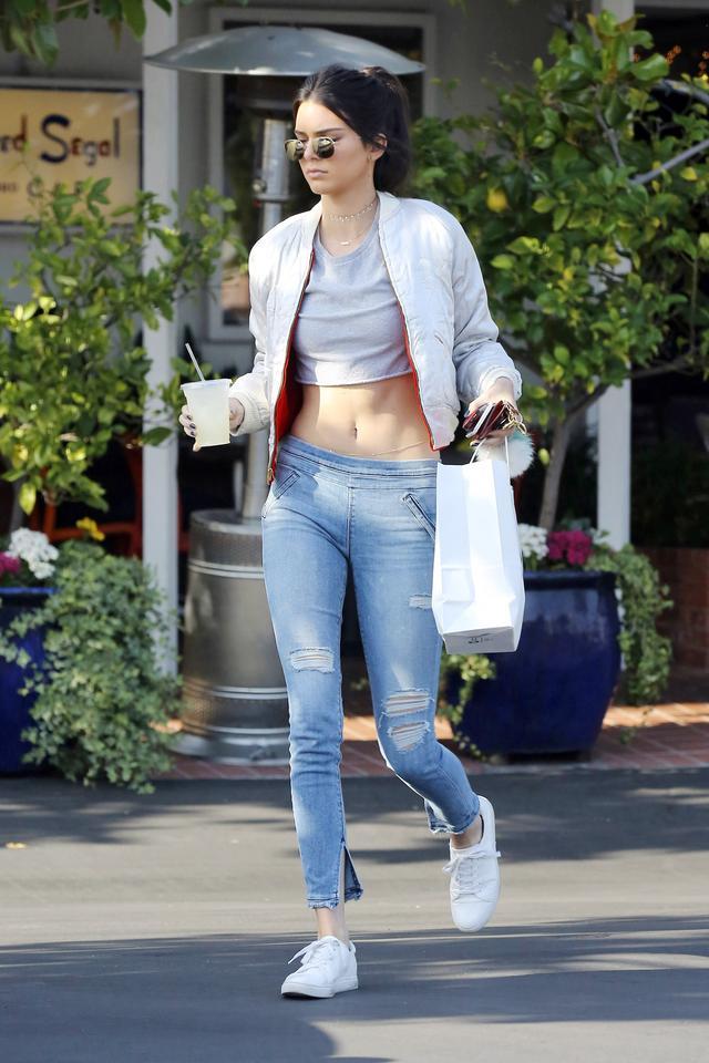 【长点儿心】穿得就像能和前任相遇在布加迪4S店一样(她一条牛仔裤就搞定了)