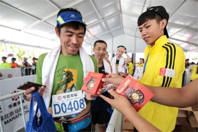 从未止步 不忘初心,六福珠宝足金奖牌为北马选手加冕