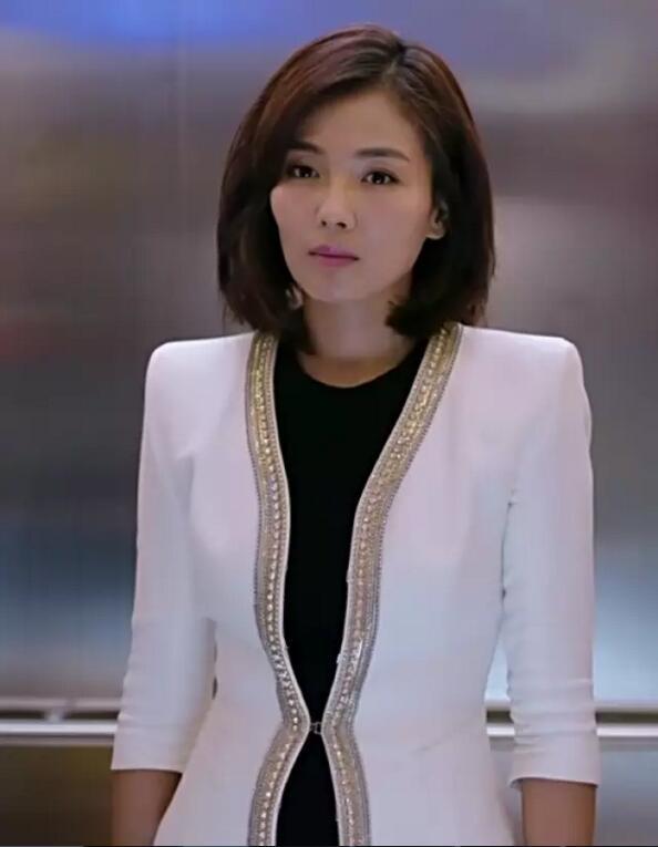 金色钩边的白西装让刘涛看起来十分干练有神,最适合职场中的女强人