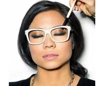 戴眼镜这样化妆,比不近视还好看10倍