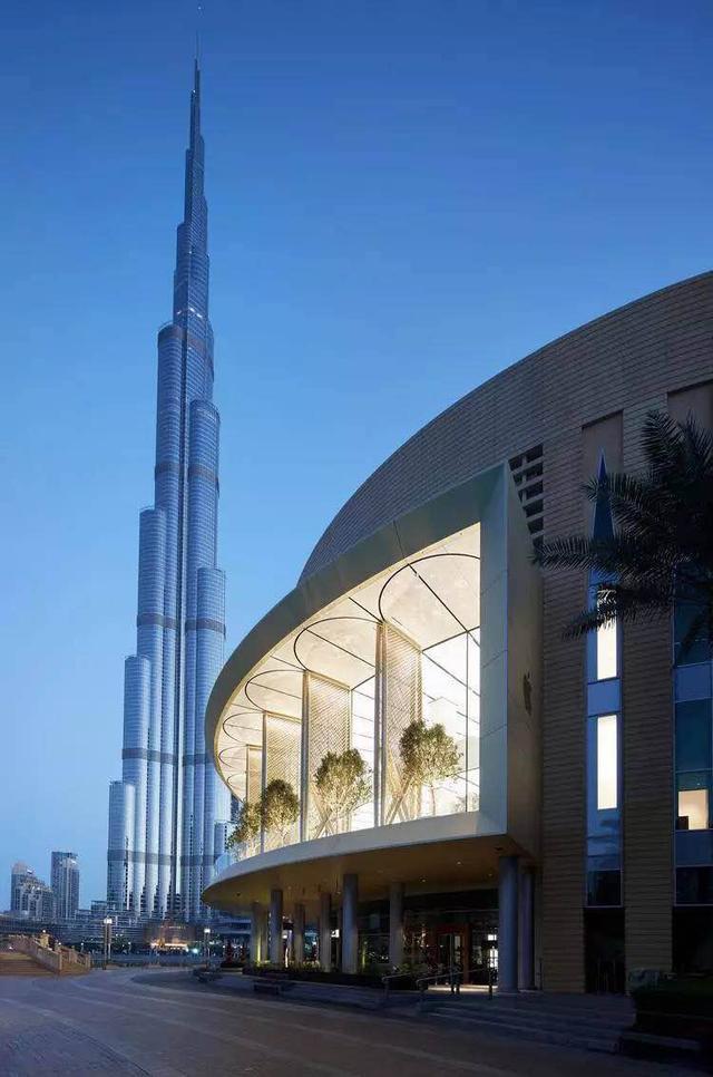 看迪拜这家苹果店,它有一排非常不一样的门面