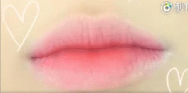 江疏影化身人鱼小公举,除了大红唇,她的咬唇妆也相当惊艳!