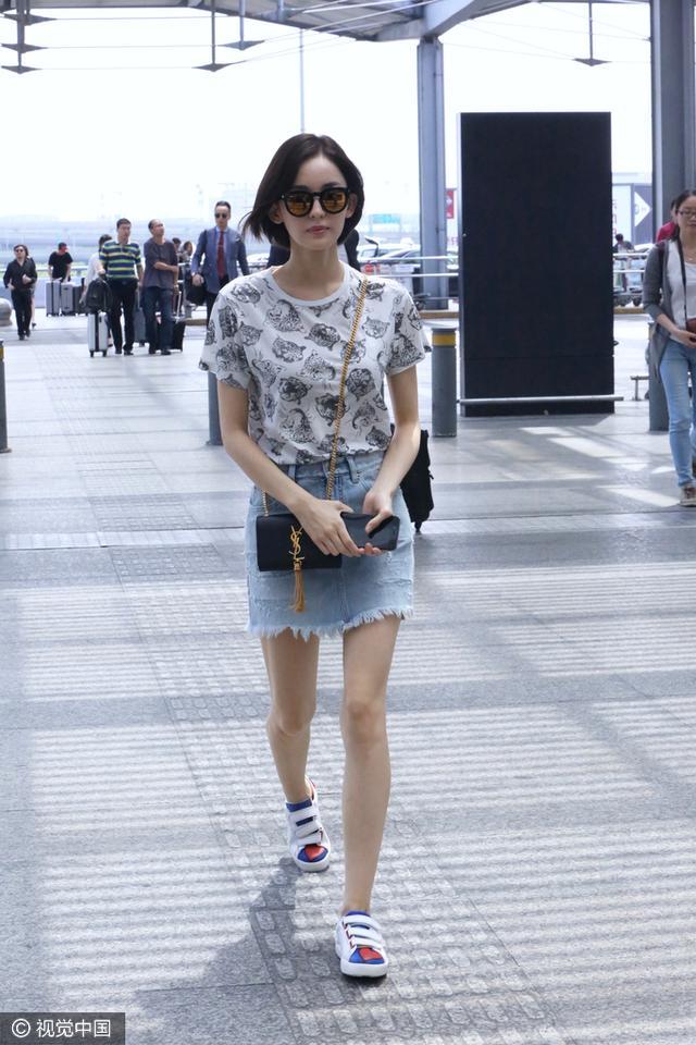 今天穿什么:娜扎毛边牛仔短裙搭配动物短Tee最时尚