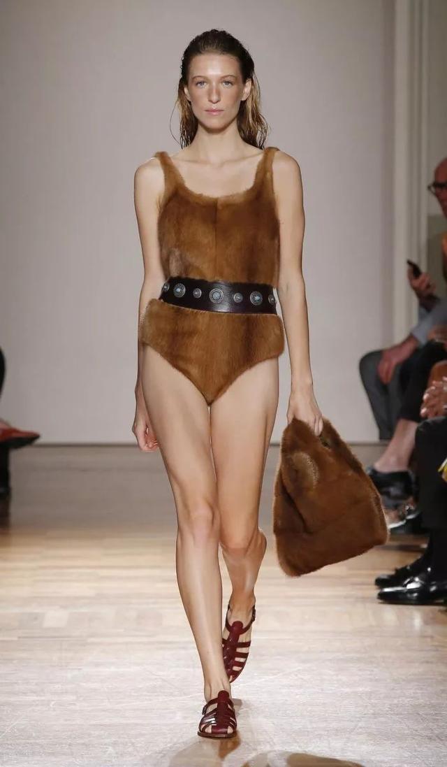 """时尚潮流就是把常规打破 你敢不敢提着""""垃圾袋""""压马路"""