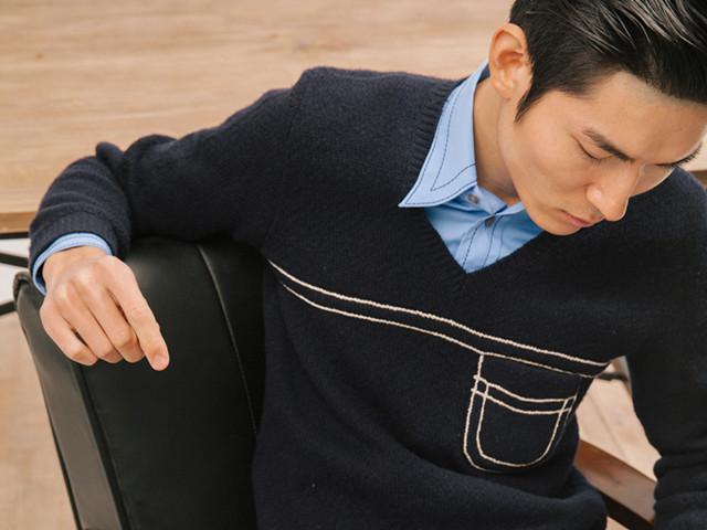 蓝色明车线装饰、长袖衬衫、深蓝色 V 领长袖毛衣(both from Prada)