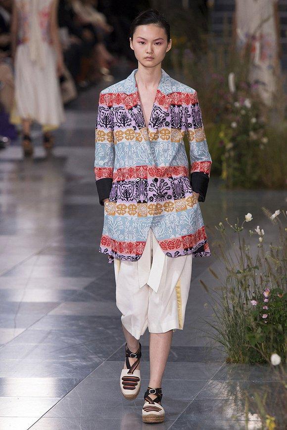 【伦敦时装周】春天里应有野花和野餐 以及让人舒服行走的时装