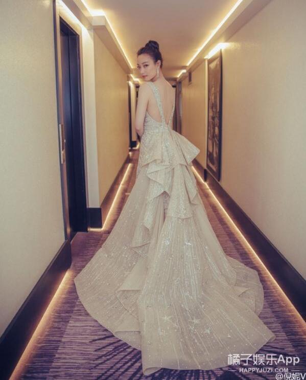 据说女明星走红毯前,一定要在酒店这样照张相!