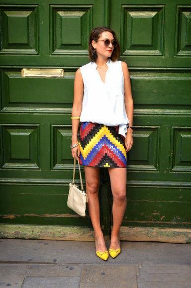 色彩浓郁的波普图案短裙,搭配