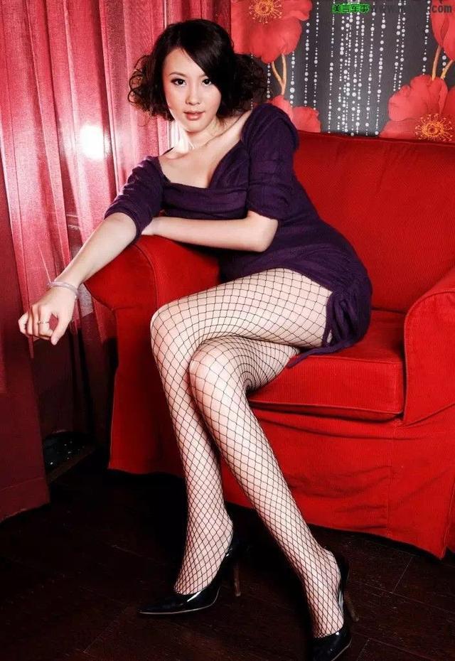 少妇穿丝袜_女人别再瞎穿黑丝了肉色丝袜才是最性感的_