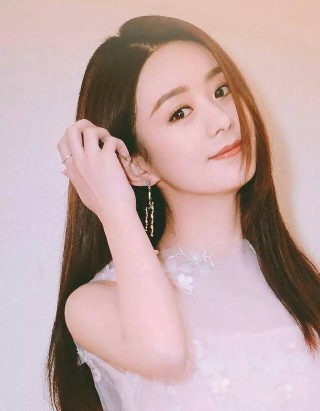 赵丽颖穿雪纺裙很美,不过脸上的雪纺妆更美!