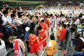 图文:中国74-56哈萨克斯坦 男篮队员受追捧