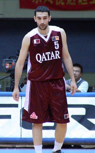 图文:卡塔尔vs菲律宾 球员身披匹克战袍