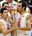 组图:伊朗卫冕亚锦赛冠军 哈达迪亲吻奖杯