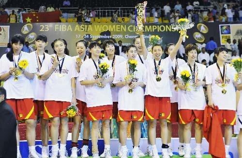 图文:中国vs韩国 女篮队员笑不拢嘴