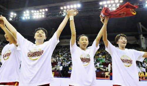 图文:中国vs韩国 姑娘们感谢观众