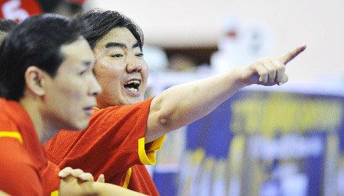 图文:中国vs韩国 孙凤武比赛中指挥